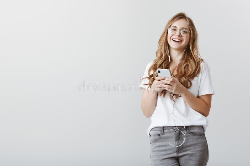 Feignant elle vous entend tandis que musique de écoute Portrait de femme européenne élégante attirante avec les cheveux blonds et images libres de droits