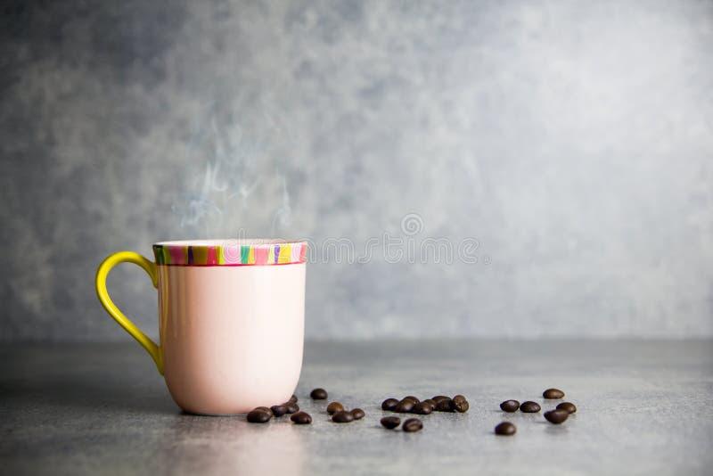 Feijão da xícara de café e de café com fundo concreto imagens de stock
