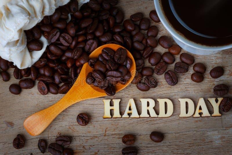 Feijão de café com alfabetos da xícara de café e da madeira imagens de stock royalty free