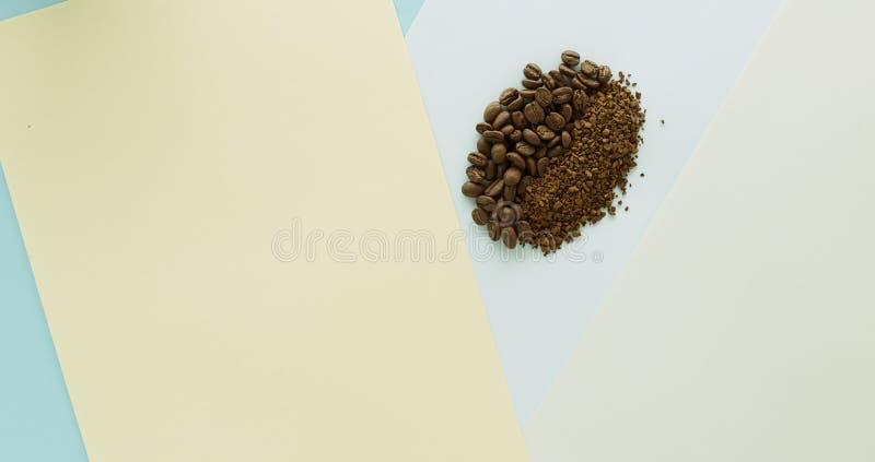 Feijão de café e café granulado no papel ilustração do vetor