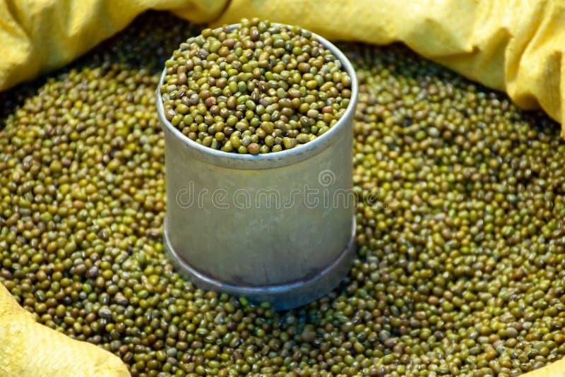 Feijão verde em lata e saco para venda no mercado fotografia de stock