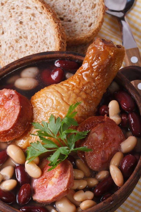 Feijão vermelho com galinha e opinião superior vertical grelhada das salsichas imagem de stock