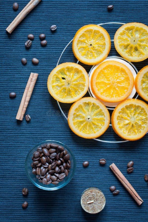 Feijões caramelizados das laranjas, da canela, da vela e de café imagens de stock royalty free