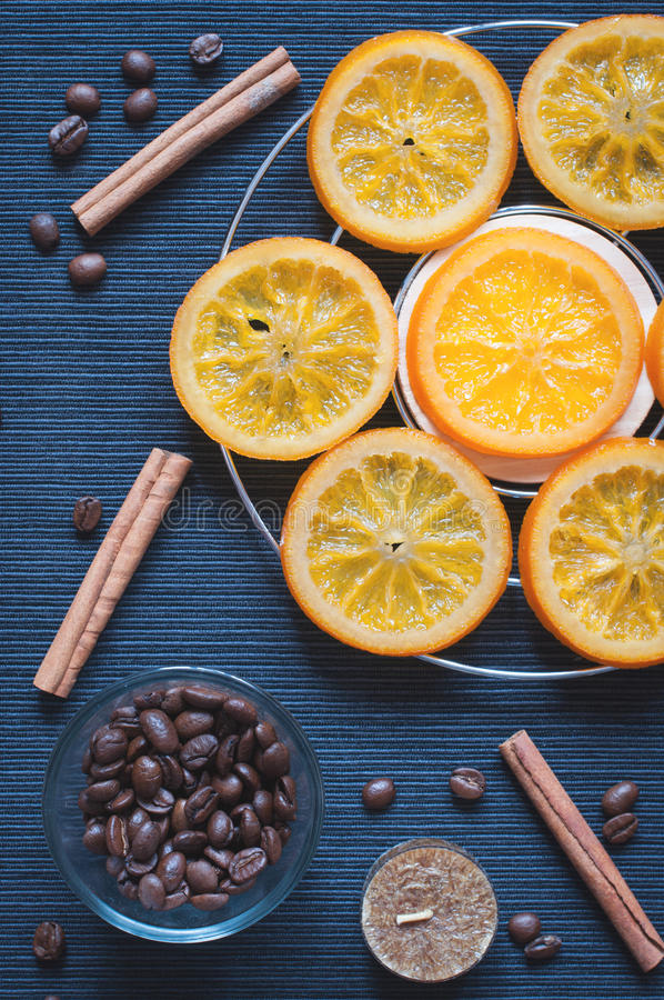 Feijões caramelizados das laranjas, da canela, da vela e de café fotos de stock royalty free