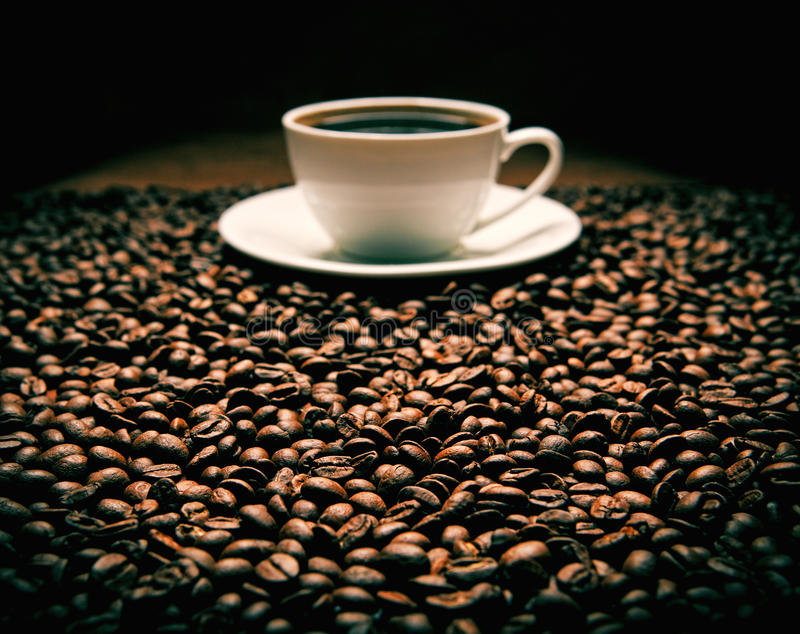 Feijões com xícara de café imagem de stock
