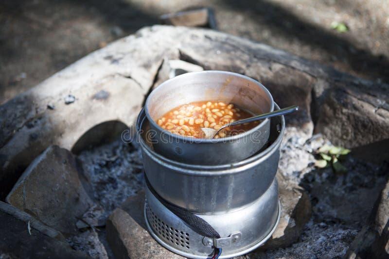 Feijões cozidos na cozinha de acampamento fotos de stock