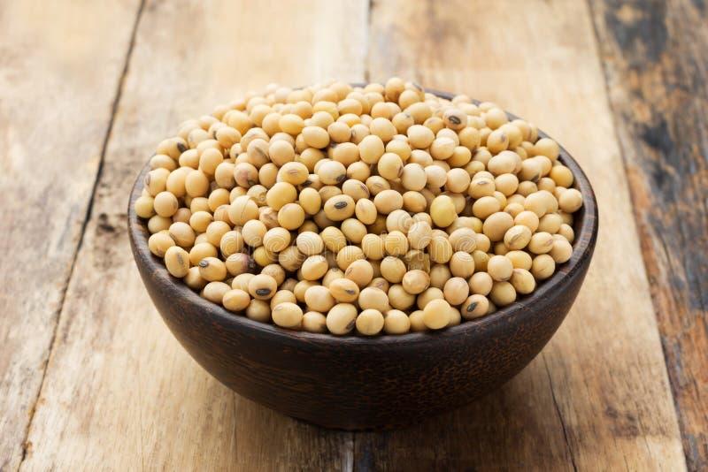Feijões da soja em uma bacia imagem de stock royalty free