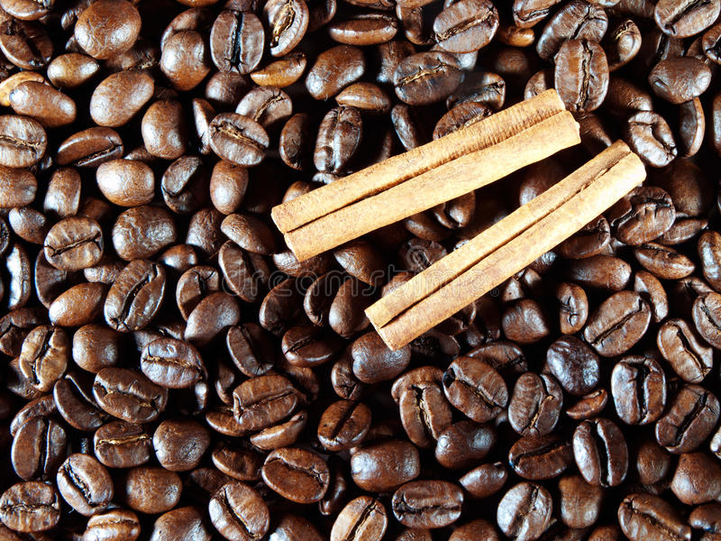 Feijões de café com vagens da canela fotos de stock