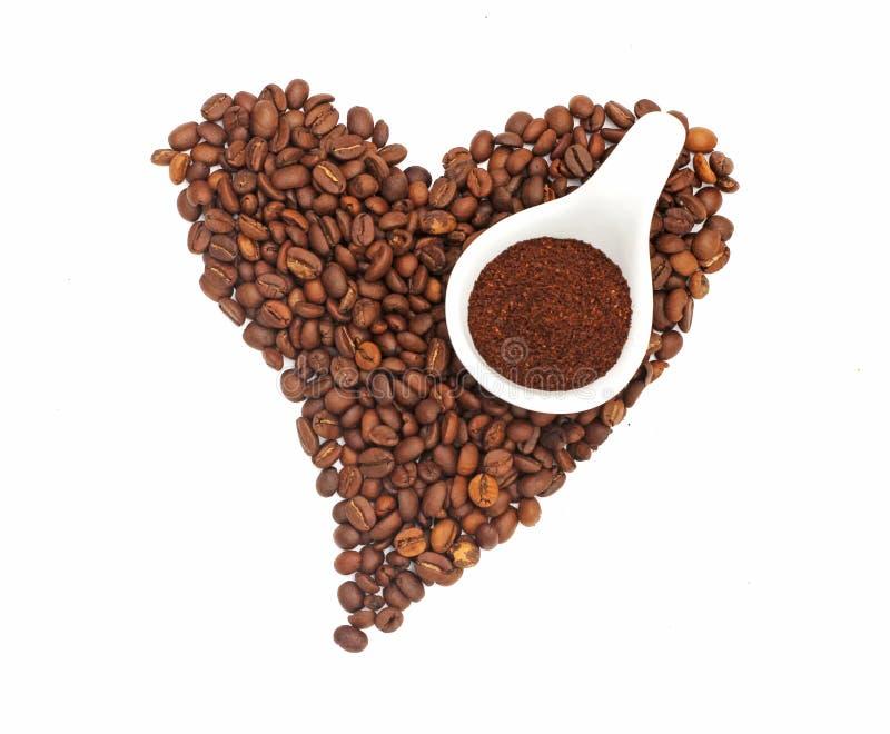 feijões de café Coração-dados forma com os feijões de café esmagados no fundo branco, ilustração foto de stock