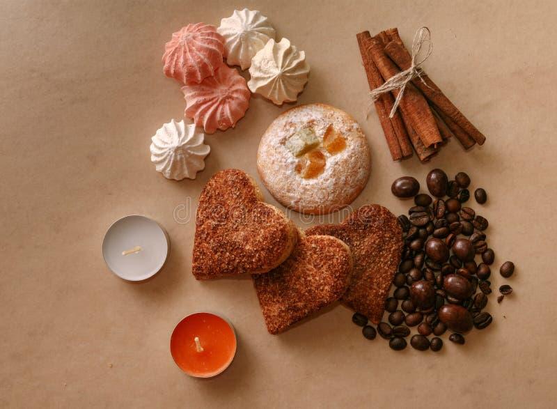 Feijões de café da canela de varas da merengue das cookies e ioreshki no ch imagens de stock royalty free