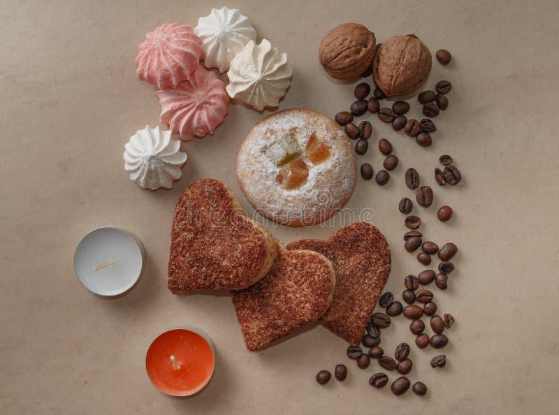 Feijões de café da canela de varas da merengue das cookies e ioreshki no ch foto de stock royalty free