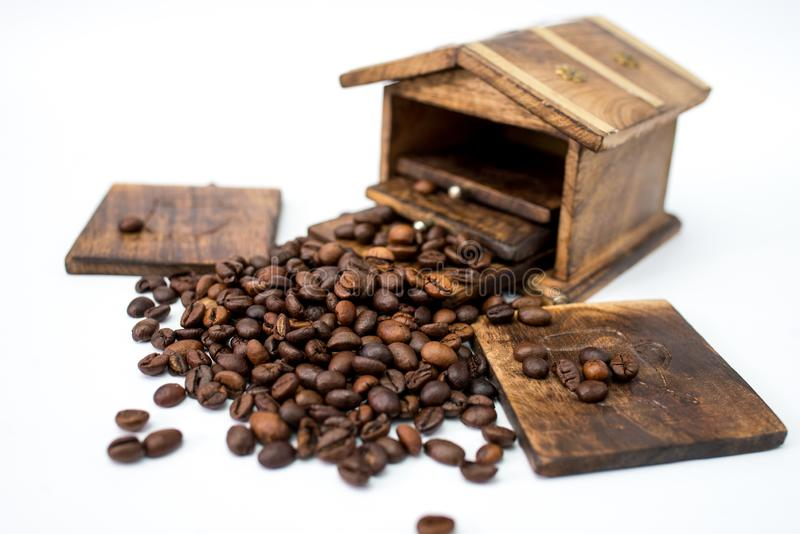 Feijões de café do aroma com os feijões no fundo branco foto de stock