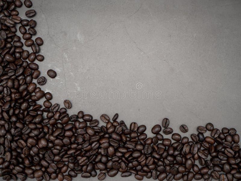Feijões de café do quadro no fundo escuro fotos de stock