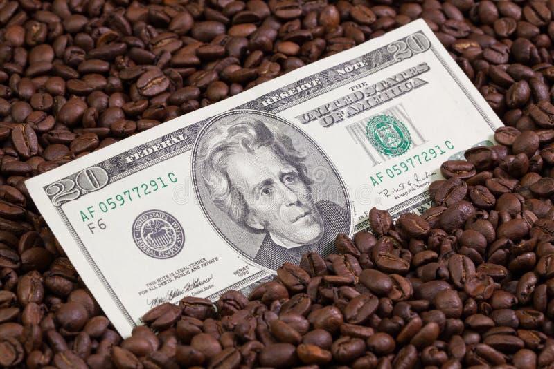 Feijões de café e cédula dos E.U. fotos de stock royalty free