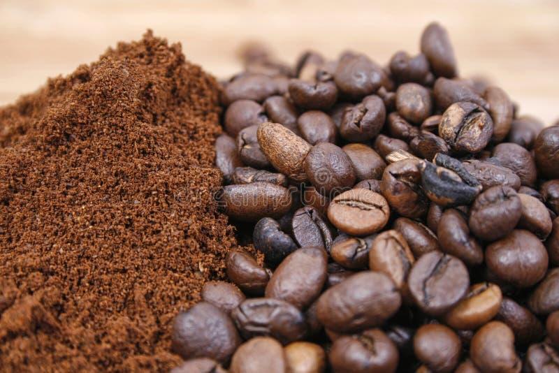 Feijões de café e café à terra fotos de stock