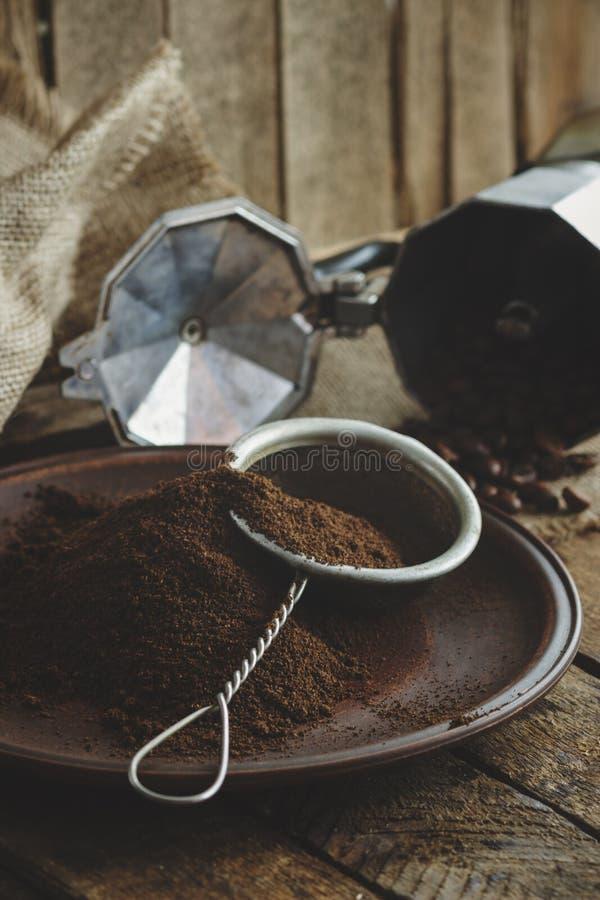 Feijões de café e café à terra Roasted na placa imagens de stock