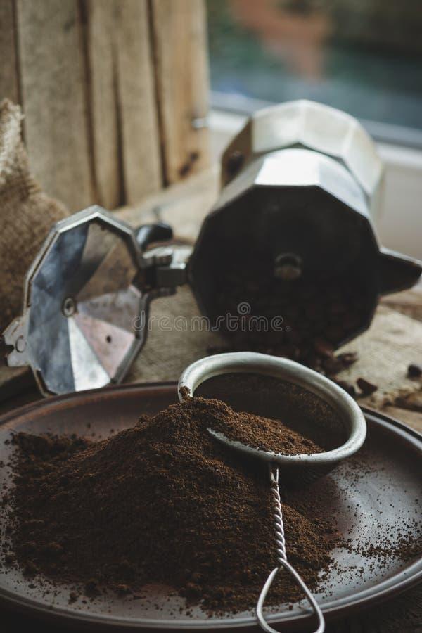 Feijões de café e café à terra Roasted na placa fotografia de stock