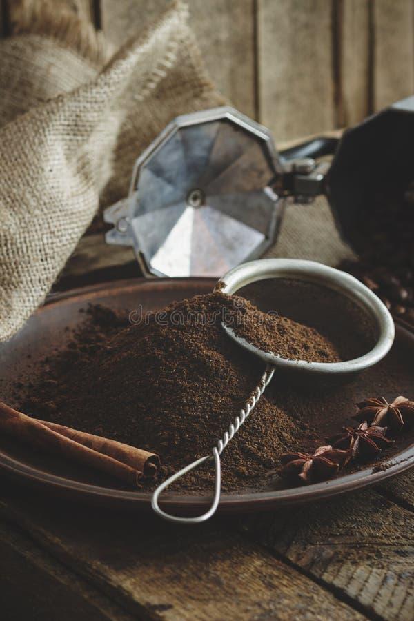 Feijões de café e café à terra Roasted na placa fotografia de stock royalty free