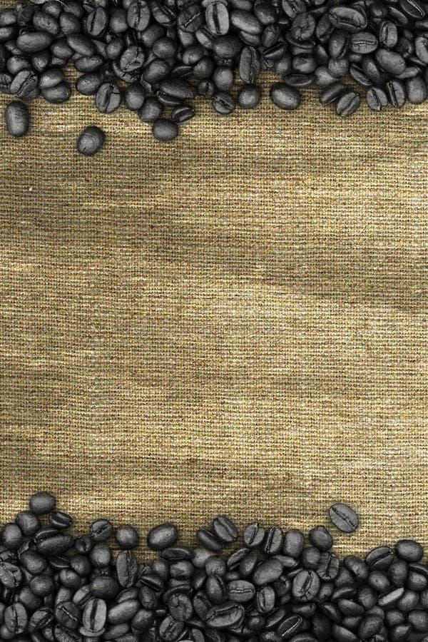 Feijões de café e fundo do saco foto de stock royalty free