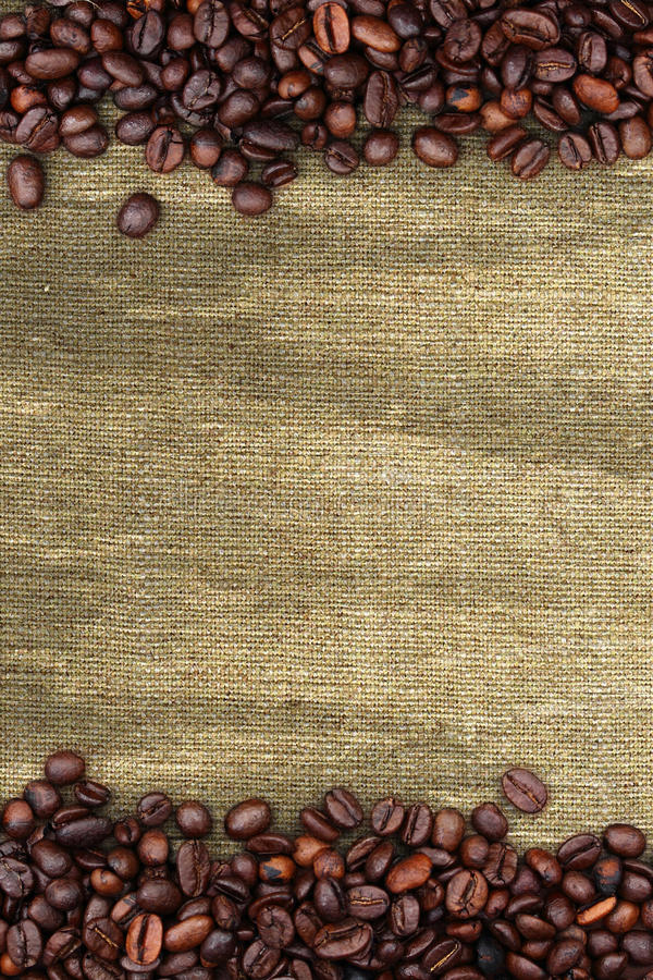 Feijões de café e fundo do saco fotografia de stock royalty free