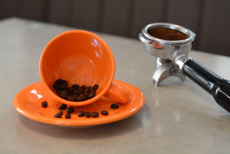 Feijões de café e café moído foto de stock royalty free