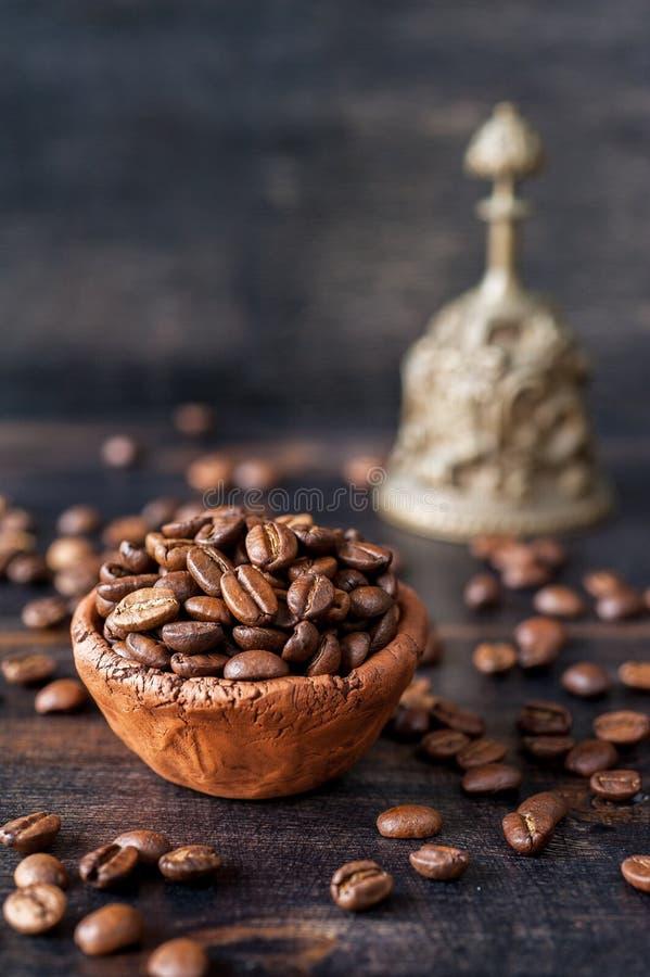 Feijões de café e sino Roasted do vintage imagens de stock royalty free