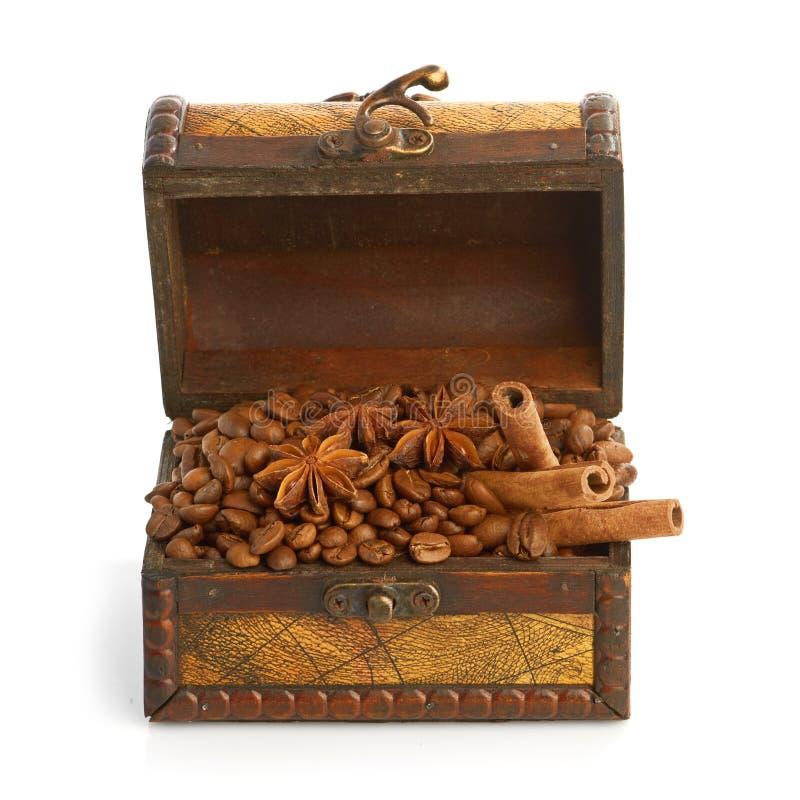 Feijões de café e varas de canela dentro de uma caixa fotos de stock