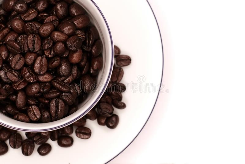 Feijões de café em um copo imagens de stock