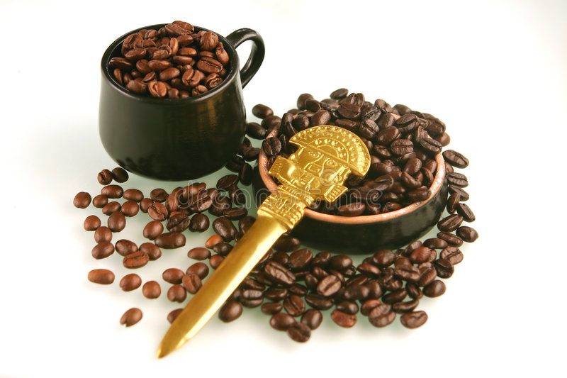 Feijões de café em um copo fotografia de stock royalty free