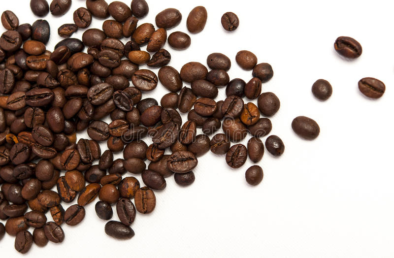 Feijões de café em um fundo branco imagens de stock