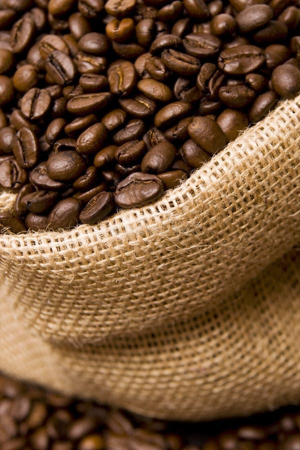Feijões de café em um saco fotografia de stock royalty free