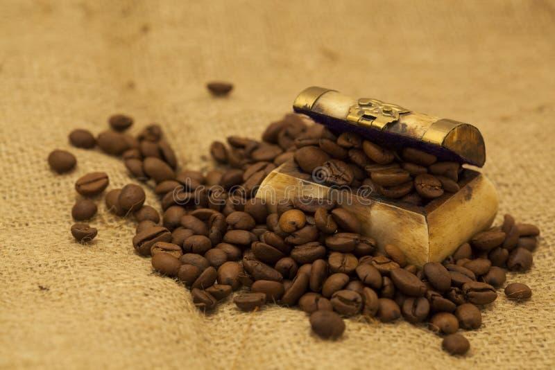 Feijões de café em uma arca do tesouro pequena fotografia de stock royalty free