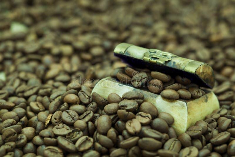 Feijões de café em uma arca do tesouro pequena imagens de stock royalty free