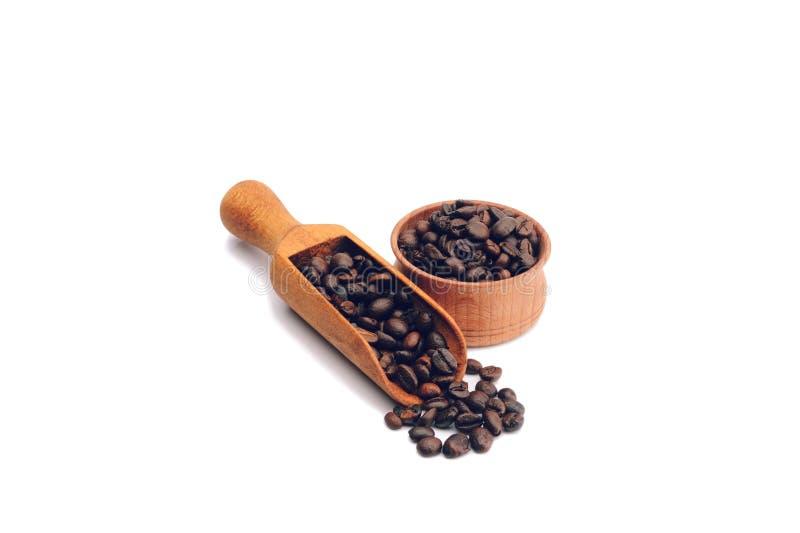 Feijões de café em uma bacia de madeira imagens de stock royalty free