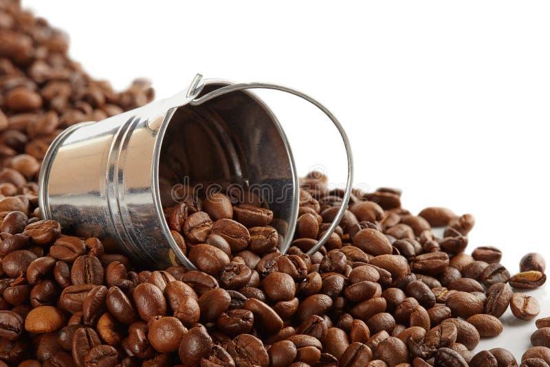 Feijões de café em uma cubeta do metal fotografia de stock