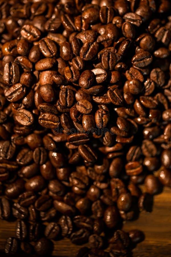 Feijões de café em uma tabela imagens de stock royalty free
