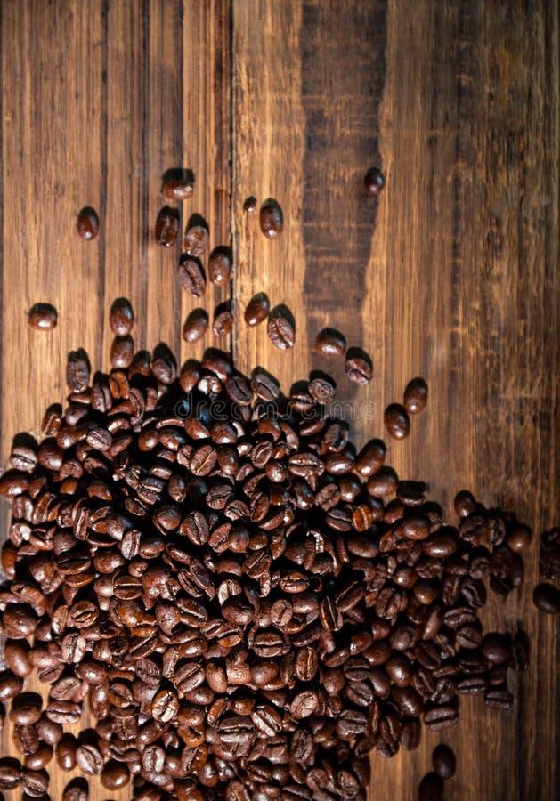 Feijões de café em uma tabela imagem de stock royalty free