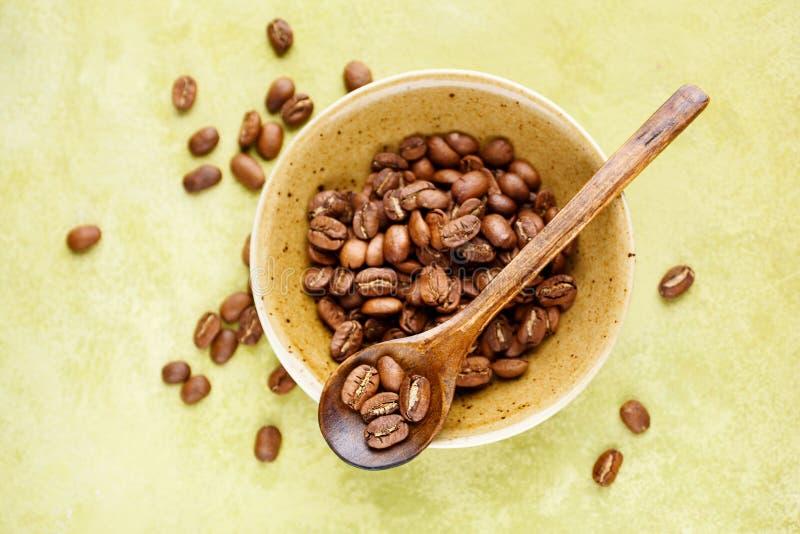 Feijões de café frescos em uma bacia imagem de stock