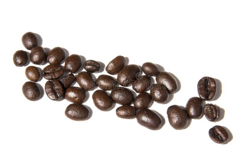 Feijões de café isolados na foto branca do fundo Pictu bonito fotos de stock
