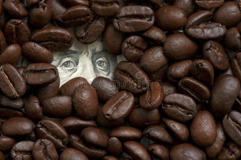 Feijões de café na cédula fotografia de stock royalty free