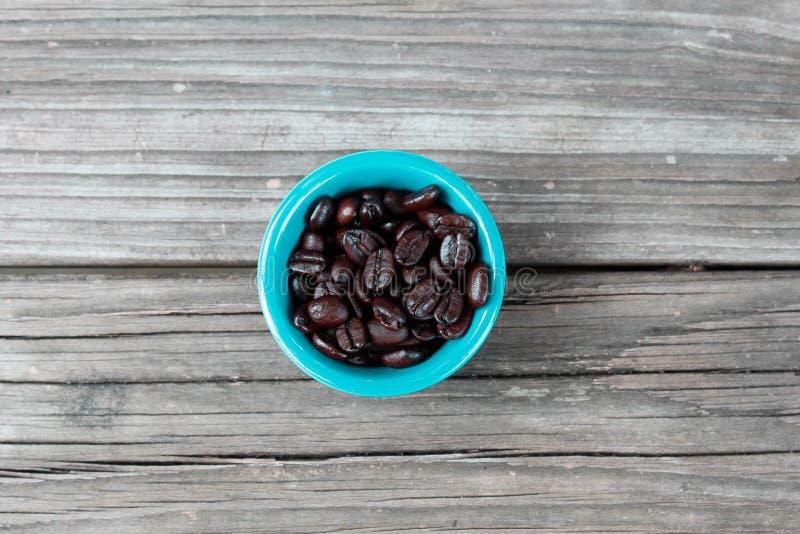 Feijões de café na madeira 2 fotos de stock