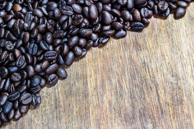 Feijões de café na tabela de madeira foto de stock