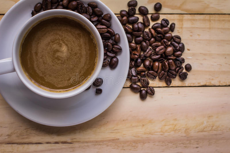 Feijões de café no assoalho de madeira fotografia de stock