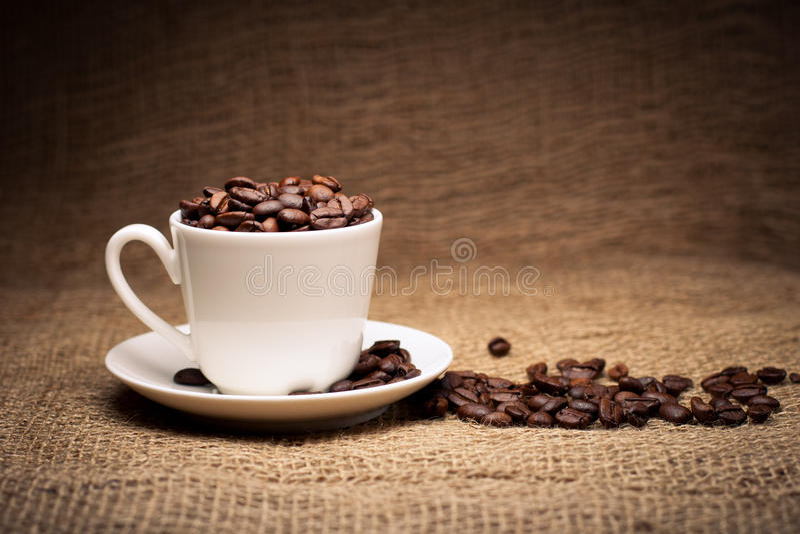 Feijões de café no copo imagens de stock royalty free