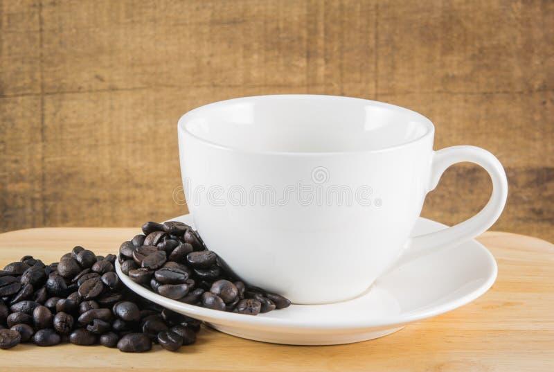 Feijões de café no copo branco foto de stock royalty free