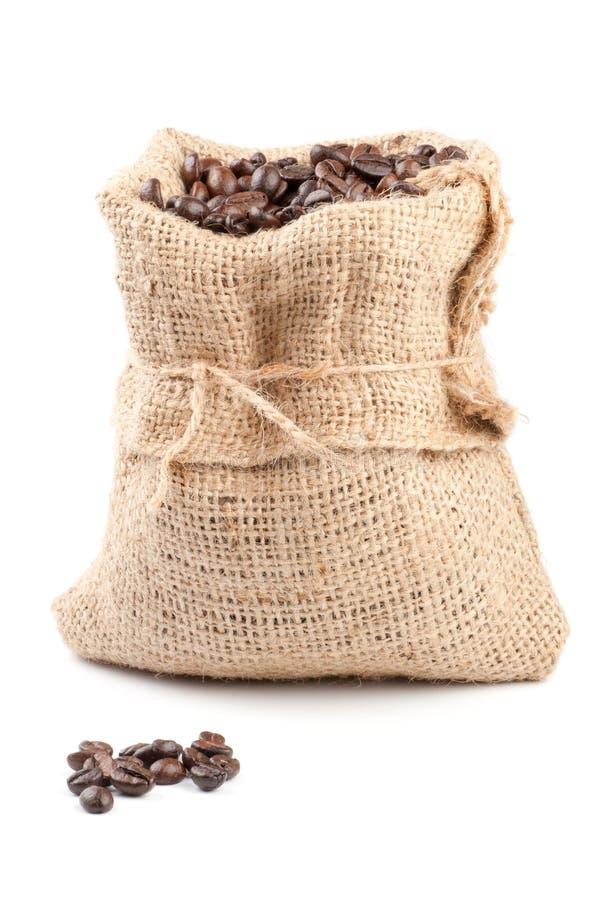 Feijões de café no saco da lona foto de stock royalty free