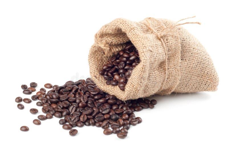 Feijões de café no saco da lona fotos de stock royalty free