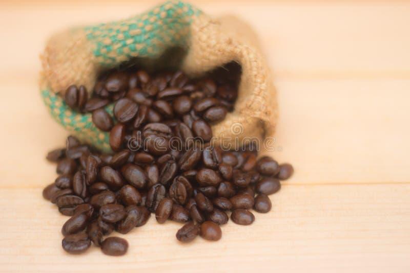 Feijões de café no saco do vintage imagem de stock