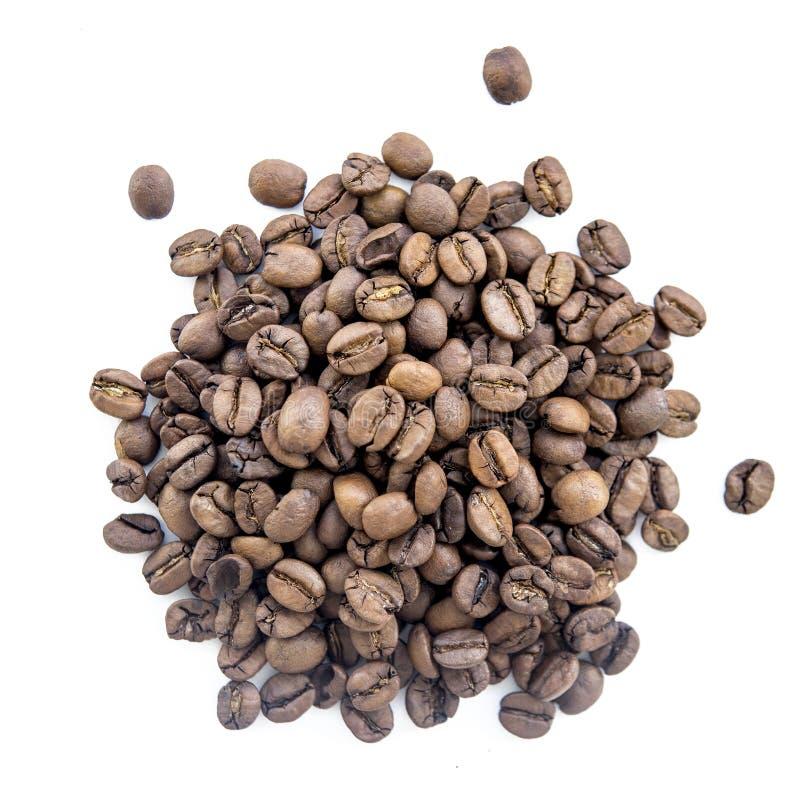 Feijões de café no volume em um fundo homogêneo imagens de stock royalty free