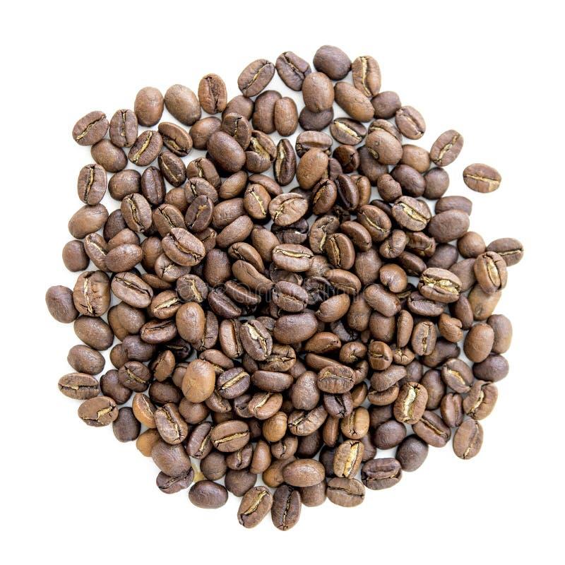 Feijões de café no volume em um fundo homogêneo imagem de stock royalty free